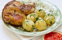Gebratenes Huhn und Kartoffel Stockbilder