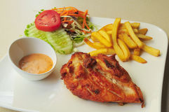 Gebratenes Huhn und Pommes-Fritessalat Stockfotografie