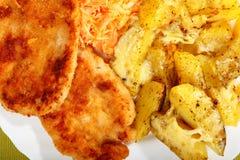 Gebratenes Huhngebratene potatos und Karottensalat Stockbild