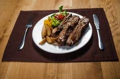 Gebratenes Kalbfleisch mit Kartoffel lizenzfreie stockfotografie