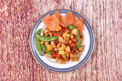 Gebratenes Mischobst und gemüse mit gebratener Paprikaplatte Stockfoto
