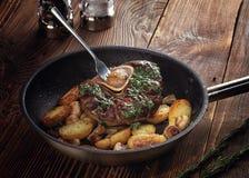 Gebratenes ossobuco mit Gemüseragout von Kartoffeln und von Pilzen Stockfotografie