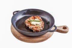Gebratenes Rindfleisch auf einem Schwarzblech lizenzfreie stockfotografie