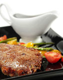 Gebratenes Rindfleisch mit gedünstetem Gemüse Lizenzfreies Stockfoto
