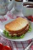 Gebratenes Sandwich mit Käse, Kopfsalat und Tomaten Stockfotos