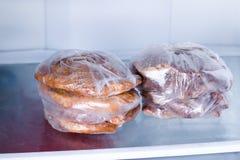 Gebratenes Schweinefilet in einer Tasche in einem Kühlschrank Stockfotografie