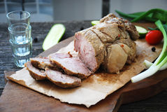 Gebratenes Schweinefleisch auf hölzernem Brett mit Gemüse Stockfotografie