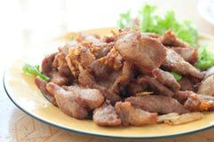 Gebratenes Schweinefleisch auf Teller Stockfoto