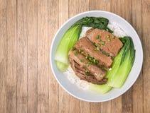 Gebratenes Schweinefleisch mit Bok Choy, Pak Choi Cabbage und Reis auf hölzernem Ba Stockfotos