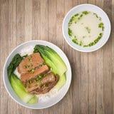 Gebratenes Schweinefleisch mit Bok Choy, Pak Choi Cabbage und Reis auf hölzernem Ba Lizenzfreie Stockfotos