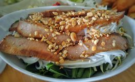 Gebratenes Schweinefleisch mit Reisnudelsalat lizenzfreie stockbilder