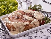 Gebratenes Schweinefleisch mit Senfsoße, Rosmarin und Kirschtomate Lizenzfreies Stockfoto
