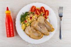 Gebratenes Schweinefleischschnitzel mit Gemüsemischung, Tomaten in der Platte, ketc Lizenzfreie Stockfotografie