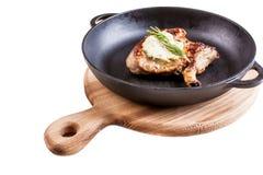 Gebratenes Steak auf dem Knochen auf einem Schwarzblech lizenzfreie stockfotografie