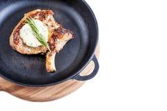 Gebratenes Steak auf dem Knochen auf einem Schwarzblech lizenzfreie stockbilder