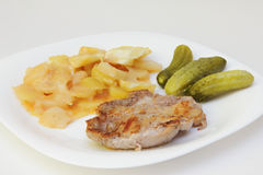 Gebratenes Steak, Kartoffel und Essiggurken. stockfoto