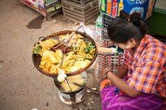 Gebratenes Straßenlebensmittel, Rangun, Birma Stockfotos