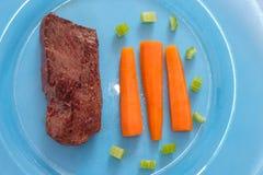 Gebratenes Straußfleisch mit Karotten als Draufsicht Stockbilder