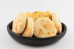Gebratenes traditionelles südamerikanisches Mais arepa stockfotos