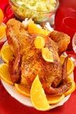 Gebratenes vollständiges Huhn mit Orangen Lizenzfreie Stockbilder