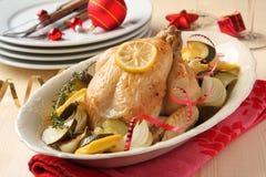 Gebratenes vollständiges Huhn mit Weihnachtsdekoration Stockfotos
