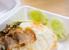 Gebratenes würziges knusperiges Schweinefleisch mit heiligem Basilikumurlaub und Spiegelei mit Reis Stockbild
