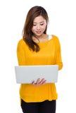 Gebrauch der jungen Frau der Laptop-Computers Stockfotografie