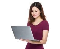 Gebrauch der jungen Frau der Laptop-Computers Lizenzfreies Stockfoto