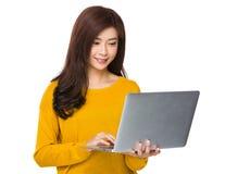 Gebrauch der jungen Frau der Laptop-Computers Lizenzfreies Stockbild