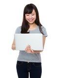 Gebrauch der jungen Frau des Notebooks Stockfotografie