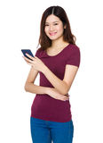 Gebrauch der jungen Frau von dem Handy Stockfotografie