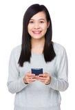 Gebrauch der jungen Frau von dem Handy Lizenzfreie Stockfotos