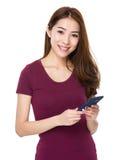Gebrauch der jungen Frau von dem Handy Lizenzfreies Stockbild