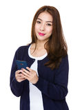 Gebrauch der jungen Frau von dem Handy Stockbilder
