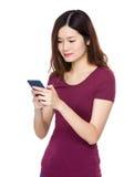 Gebrauch der jungen Frau von Handy Stockfoto