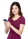 Gebrauch der jungen Frau von Handy Stockfotos