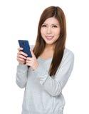 Gebrauch der jungen Frau von Handy Lizenzfreies Stockfoto