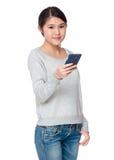Gebrauch der jungen Frau von Handy Stockbild
