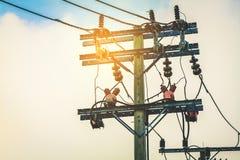 Gebrauch des Hochspannungspfostens und des elektrischen Stroms auf der Stadt Stockbild