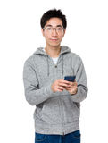 Gebrauch des jungen Mannes des Mobiltelefons Lizenzfreies Stockfoto