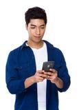 Gebrauch des jungen Mannes des Mobiltelefons Stockfotografie