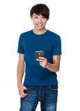 Gebrauch des jungen Mannes des Mobiltelefons Lizenzfreie Stockbilder