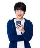 Gebrauch des jungen Mannes des Mobiltelefons Lizenzfreie Stockfotografie