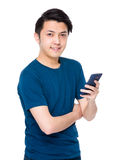 Gebrauch des jungen Mannes des Mobiltelefons Lizenzfreie Stockfotos