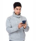 Gebrauch des jungen Mannes von dem Handy Stockfotos