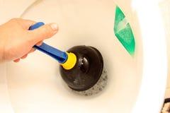 Gebrauch des Kolbens für eine Toilettenschüssel stockbilder