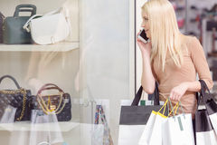 Gebrauch des Telefons am Einkaufen Stockbilder