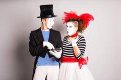 Gebrauch mit zwei Pantomimen der Tablette, April Fools Day-Konzept Lizenzfreies Stockfoto