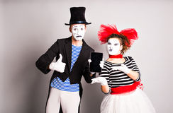 Gebrauch mit zwei Pantomimen der Tablette und des Daumens oben, April Fools Day-Konzept Lizenzfreies Stockbild