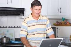 Gebrauchcomputer des älteren Mannes Lizenzfreie Stockfotografie
